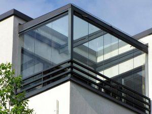 cortina de cristal y techo en ático