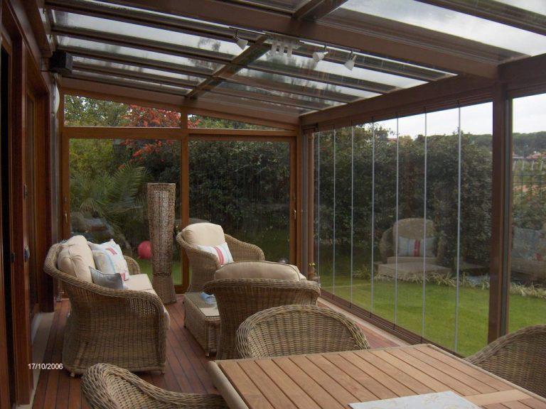 cortina de cristal y techo en porche